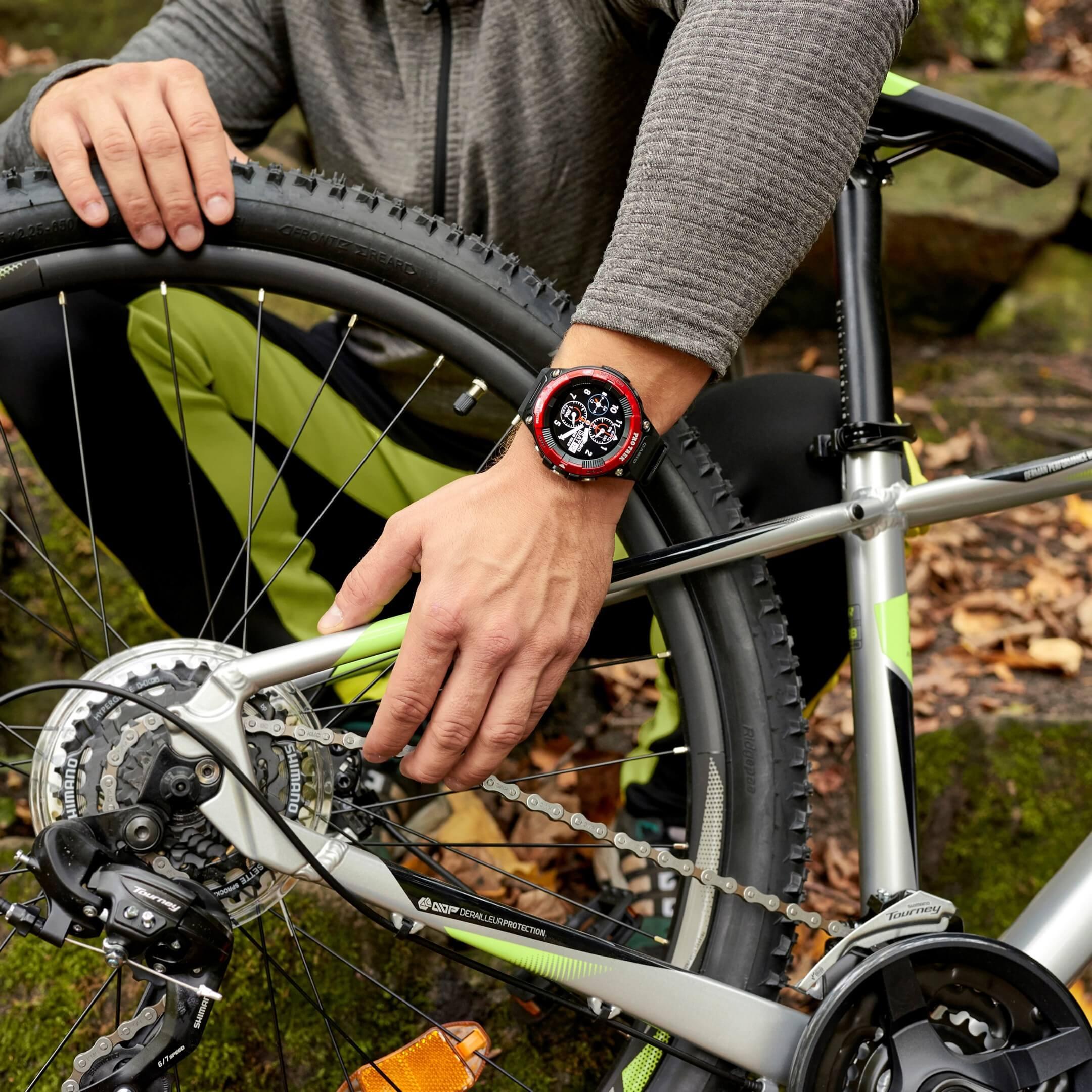 Biking im Wald mit der Pro Trek Smartwatch