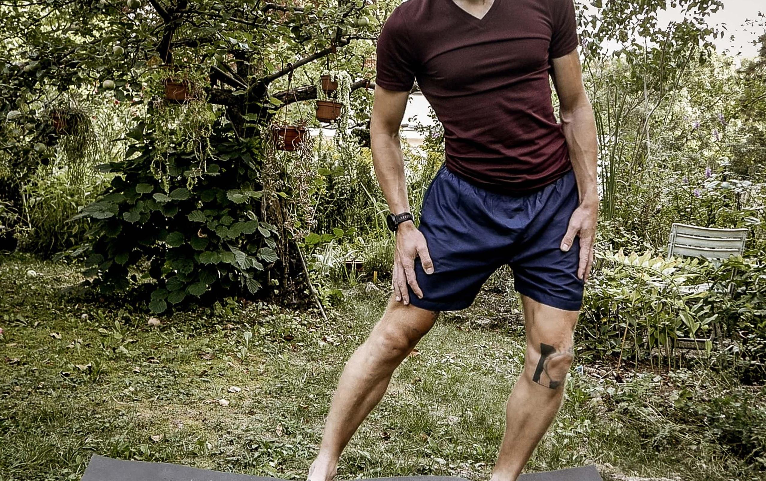 Dehnübung rechtes Bein nach vorne ziehen